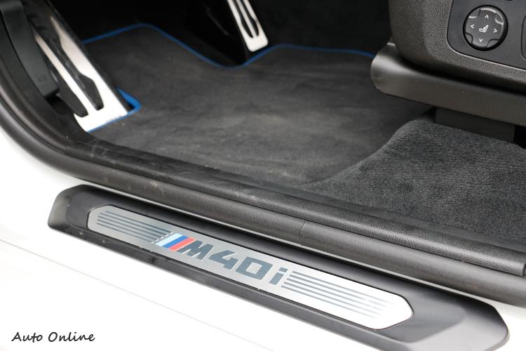 打開車門第一眼可看到M40i專屬迎賓飾板。