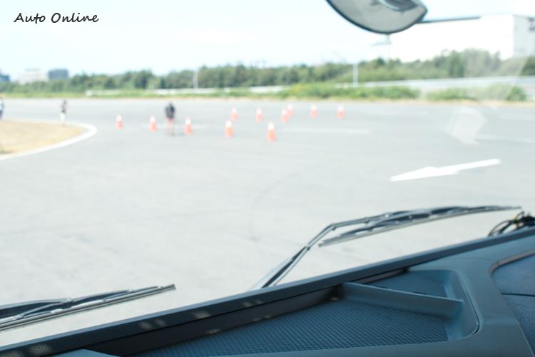 車頭正前方的矮小物體(如小孩)從駕駛座位置看出是完全無法發現的。