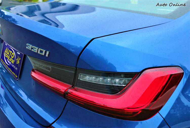 車尾的尾燈跳脫原BMW家族原素,採用G世代的全新美感,L型3D立體曲面尾燈內部配搭全LED光源。