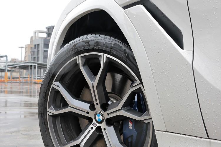 試駕車選配了21吋規格鋁圈,內部有四活塞M款煞車套件。