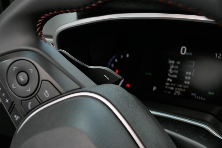 電腦模擬出七速的換檔模式,搭配方向盤後方的換檔撥片操作,比起油電混合動力更有熱血氣息。