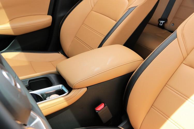 中央扶手的寬度是同級車最寬達到20公分。