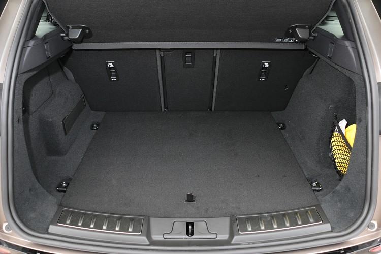 後行李廂標準空間為472公升,若將後座椅背傾倒則可得到1383公升置物容積。