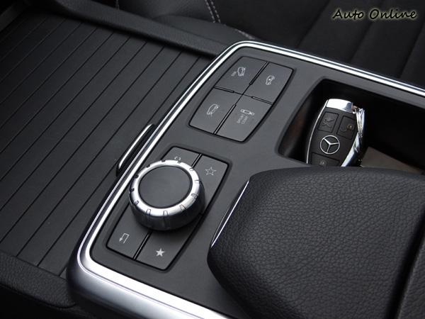 沒選配越野懸吊也可有避震阻尼與下坡車速控制等功能,左方的旋鈕則是控制多媒體系統選單。