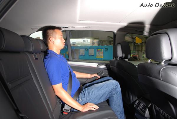 後座的乘坐間寬敞,但椅背不能調整有點小小的不足。