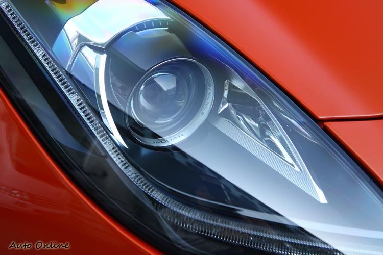 全車系標配遠近HID頭燈與LED日行燈設計,並可選配智慧型遠燈系統。