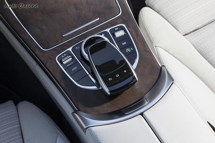 新增觸控板,可像手機一樣滑動操作,也可手寫輸入。