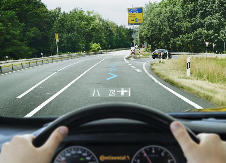 AR-HUD應用在複雜路口的導航中,駕駛能夠直接看見該從哪個路口進入而不會搞錯。