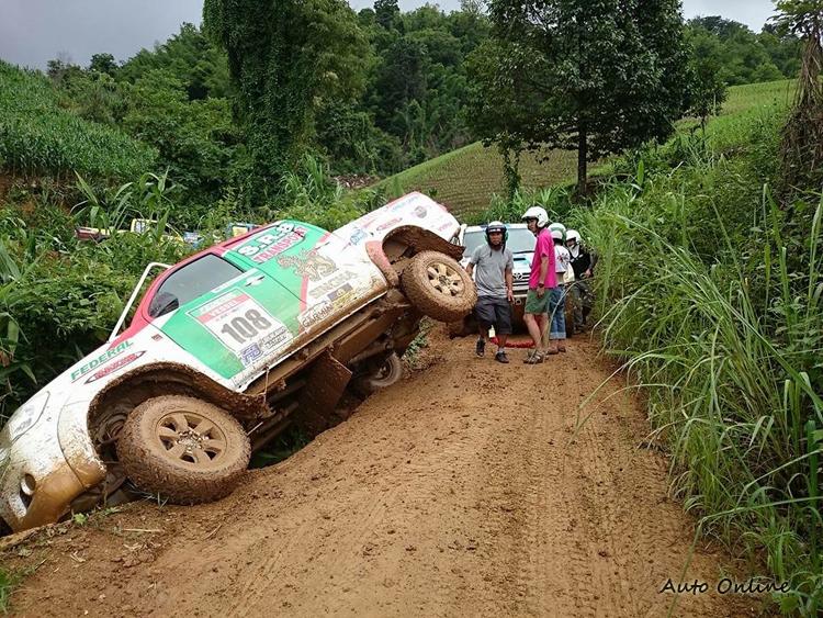 狹窄泥濘的道路,不能只一昧的快,安全才是勝利關鍵。