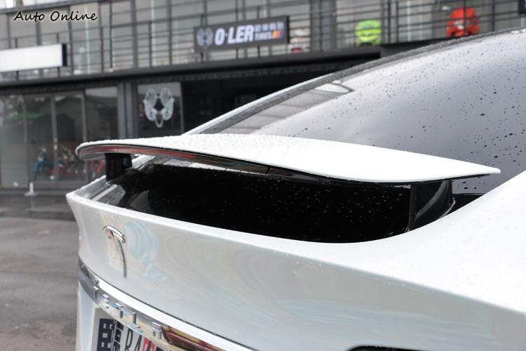 尾門上方有一個固定式的尾翼,如果是在更高階車型上,尾翼會改成自動啟閉。