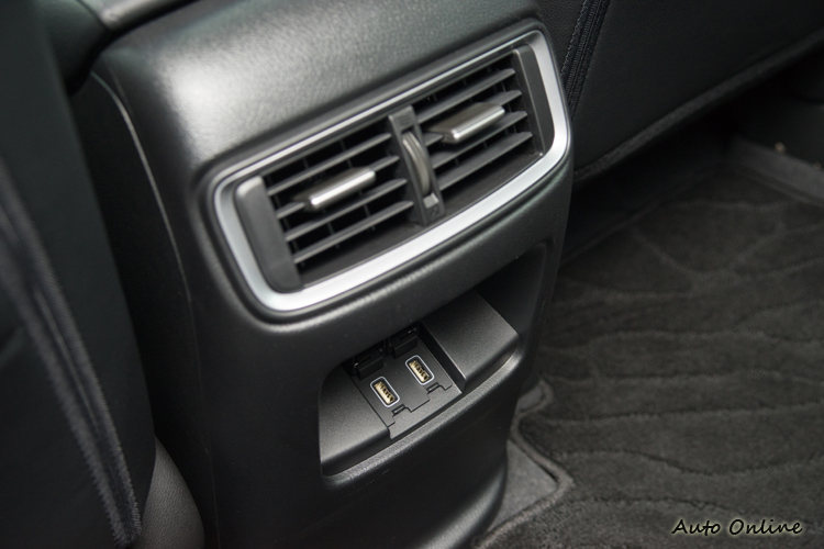 後座出風口下方有兩個2.5A的USB充電插孔。
