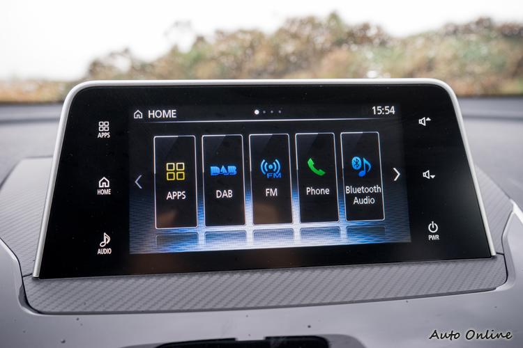 7吋彩色螢幕整合音響、電話、倒車顯影顯示並支援CarPlay。