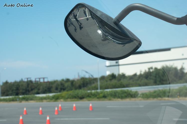 新型大貨車所裝\的前視鏡才能提供車頭正前方近距離的視野。