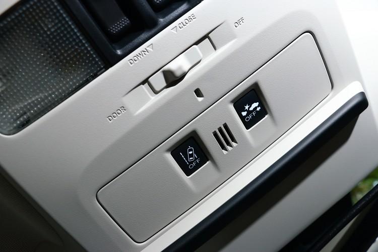 車頂有主動安全的切換開關。