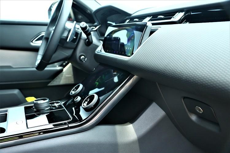 中控台可分為上下各10吋螢幕,控制車輛所有的功能配備。