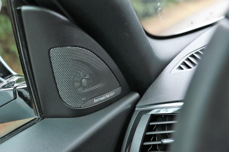 頂級harmon/kardon揚聲器是標準配備。