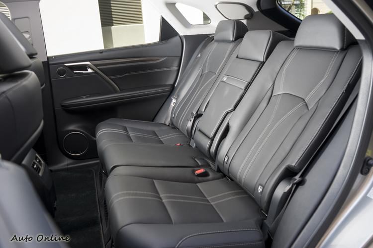 後座椅背向後傾斜較度大,腿部空間寬敞。
