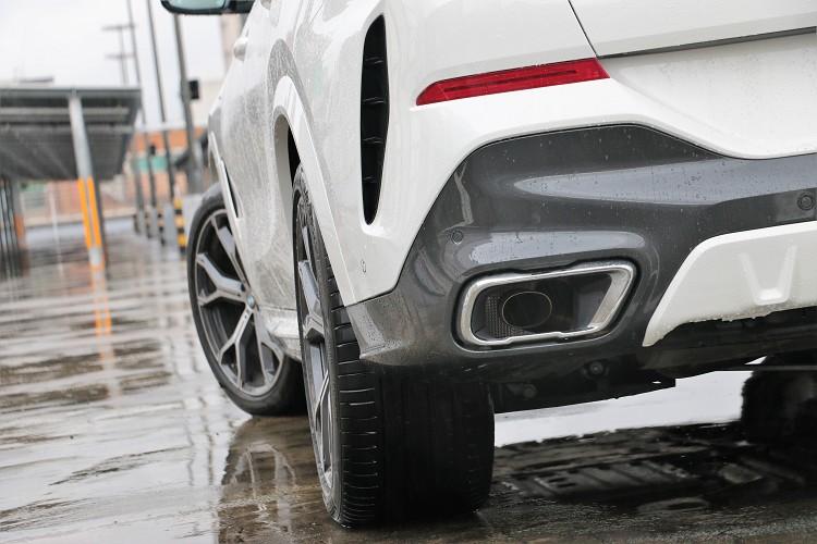 矩形的排氣尾試管加上側邊導流孔與寬車胎,從這個角度看X6就是霸氣。