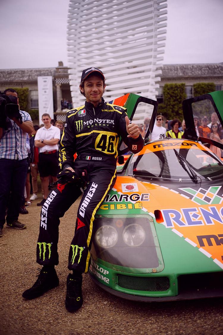 著名二輪車手Valentino Rossi與787B合影。