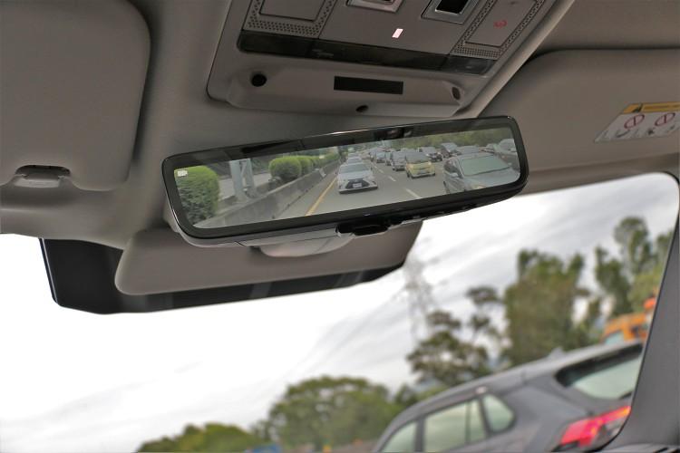 原廠標配ClearSight車內後照鏡是偷窺後方車輛的好利器。