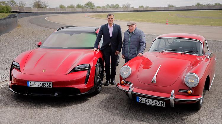 保時捷股份公司研發董事會成員 Michael Steiner與前賽車手Herbert Linge