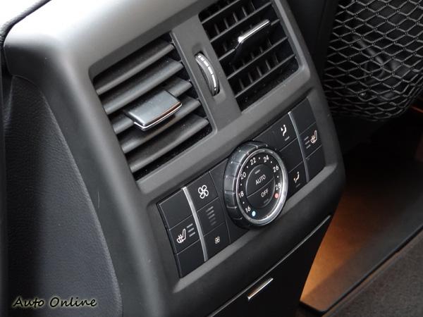 後座也有恆溫空調與座椅溫度控制。