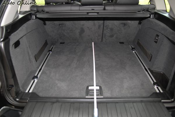 X5後行李廂的空間方正,有很大的運用空間,底板下方還有置物空間。