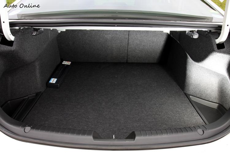 增加車室空間卻間接影響到行李廂空間,比起上一代Mazda6,後車廂容積小了一點只有436L。