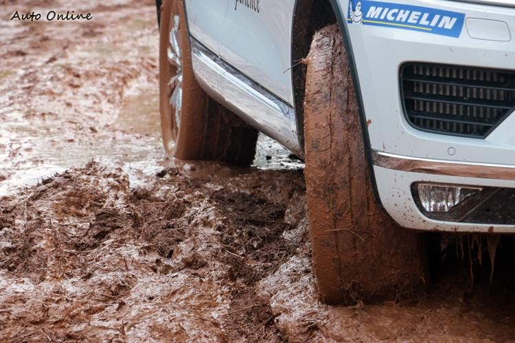 連日豪雨讓越野場地泥濘不堪,也讓這趟體驗更刺激。