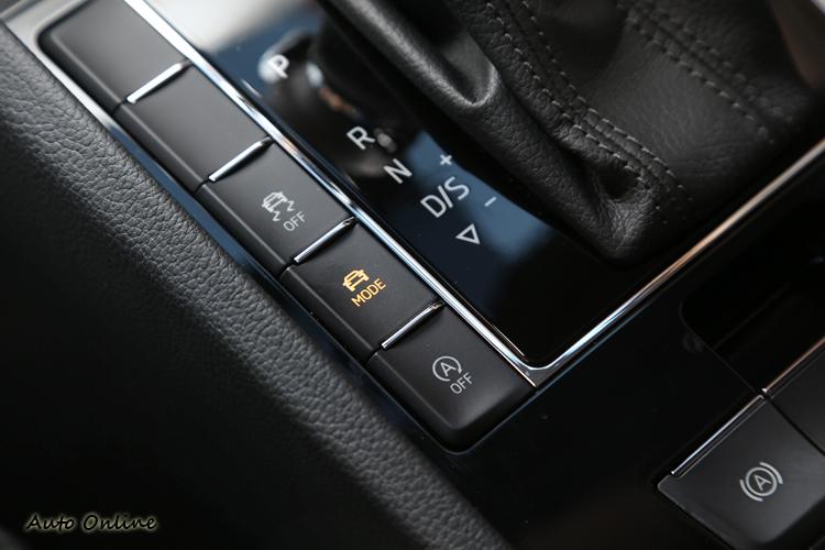 排檔桿左右兩排按鈕質感很棒,多種駕駛模式都在這兩側切換。
