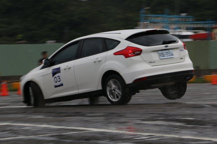 高速急速轉彎下,後輪偶爾會出現抬腳現象。