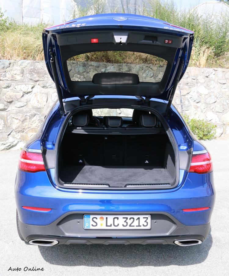 Coupe造型會不會犧牲行李廂空間呢?尾門上掀相當高,開口離地也比GLC高些,放置行李時得多費點力。