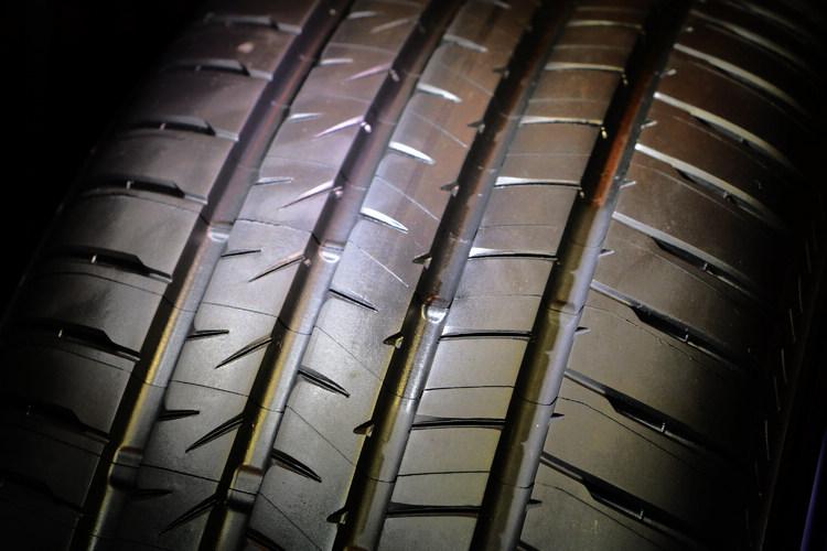 ALENZA花紋端圓弧化可防止花紋塊捲入,煞車時壓力平均分佈,讓輪胎接地面積更大,煞車距離較以往商品縮短5%。