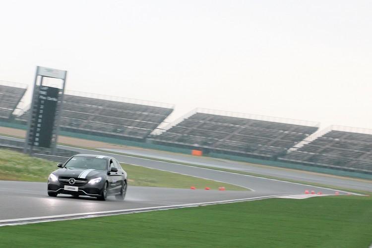 駕駛M-Benz C63 AMG後輪驅動設定,學員要在上賽的T11、T12、T13組成的高速彎道上盡可能全力加速。