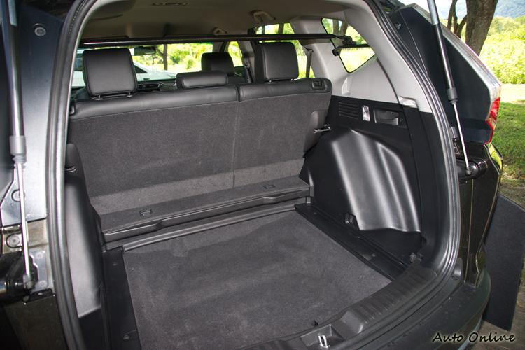 行李廂隔板移除後可以增加一些收納高度。