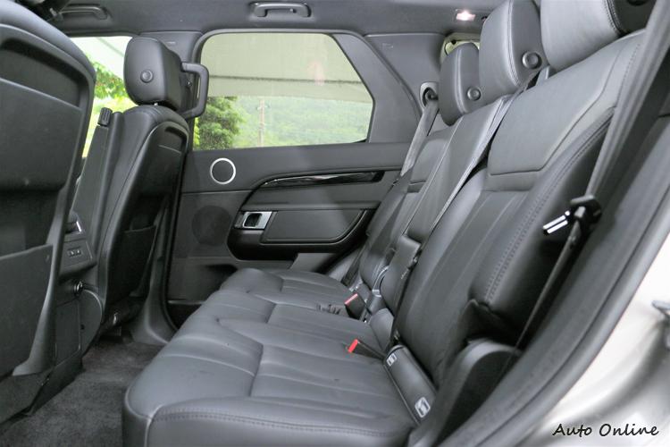 純正七人座空間,採用劇院式前後座椅配置,第二排腿部空間可達 945 mm。