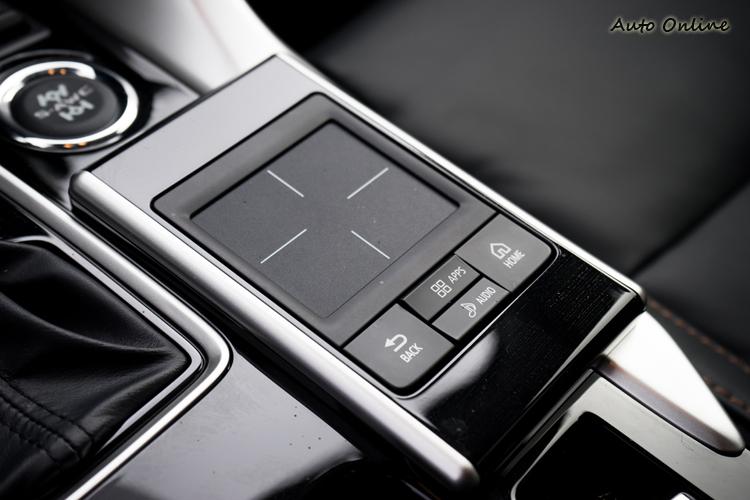 中控螢幕透過是透過觸控板來操作。