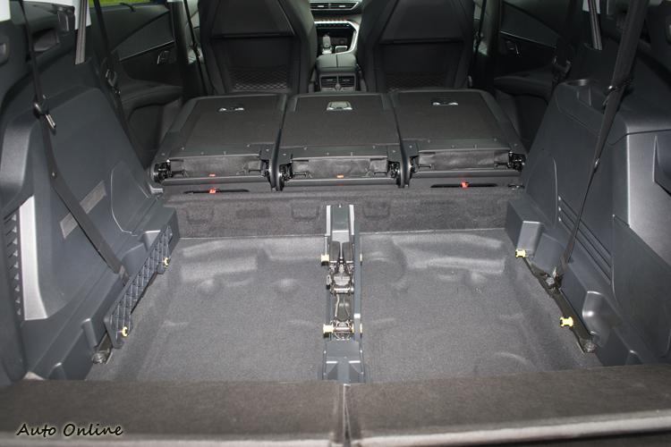 第三排座椅只要幾個動作就可輕鬆拆下移出。