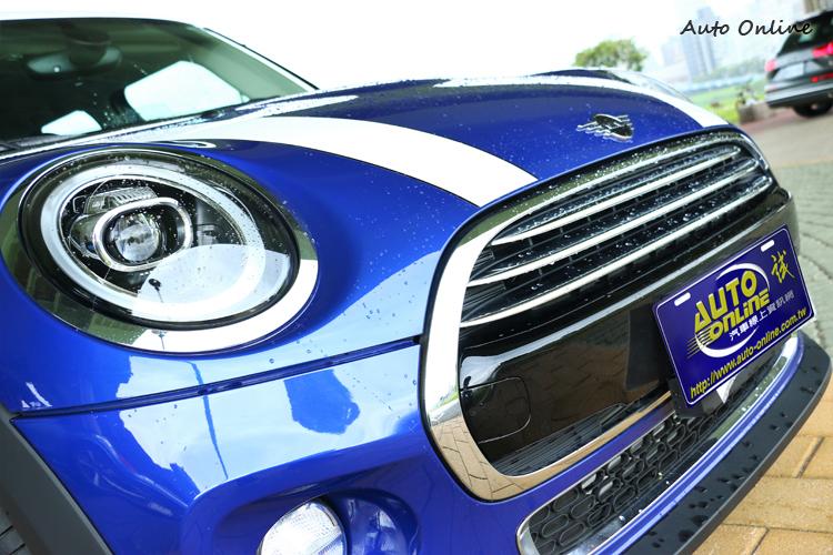 賽車式樣引擎蓋飾條為選配價格7000元,簡化後的經典標誌取代原有的MINI廠徽。