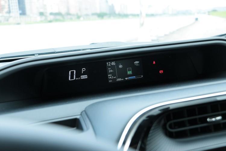 中的儀表板可監控油電系統狀態。