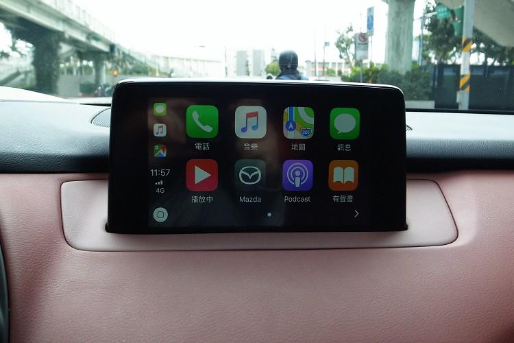 8吋中央顯示螢幕提供Apple CarPlay系統,與貼身手機連接之後,地圖、音樂、訊息與行車過程完美結合。