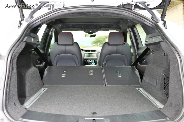 獨具巧思的彈性空間搭配60 : 40分離傾倒式後座椅配置,行李廂空間最高可達1234L。