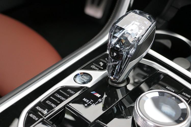 8系列屬於BMW高端車型,排檔桿彩水晶配置。