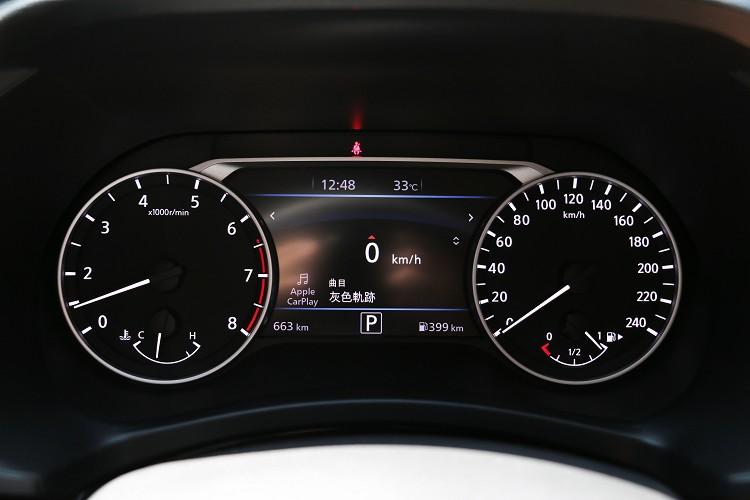 雙圓式儀表板中間有多功能顯示幕能監控車輛資訊。