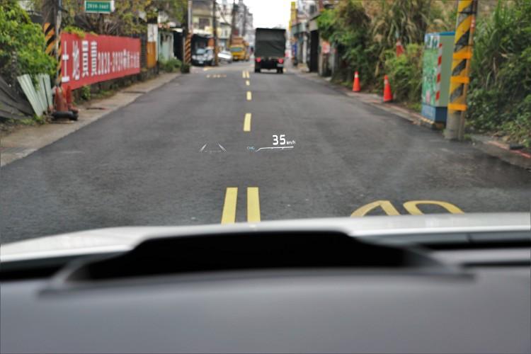 尺寸超大的抬頭顯示幕,可顯示多項資訊讓駕駛視線保持於前方。