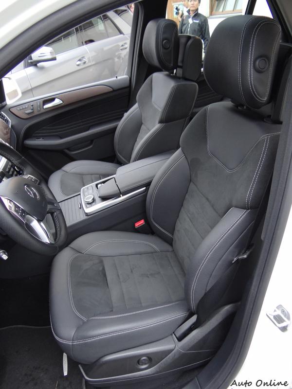 座椅包覆性與舒適性都很棒,長途開車不勞累。
