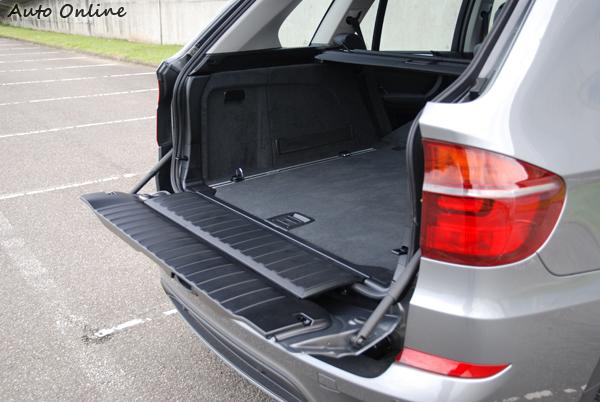 X5行李廂門為雙開式設計,開關門多了一個繁瑣的步驟,但下尾門可以當作臨時的椅子使用。