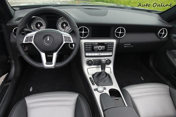 中控台上的冷氣出風口、雙圓式設計的儀錶板以及利用飾板包覆的音響面板與排檔桿,讓人有如自身在縮小版的SLS AMG內。
