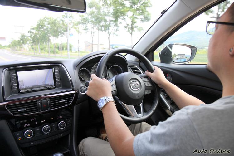 在日本平整的路面下行駛,不知道是因為路面品質關係還是Mazda6輪拱的隔音提升,車內有不錯的肅靜度。