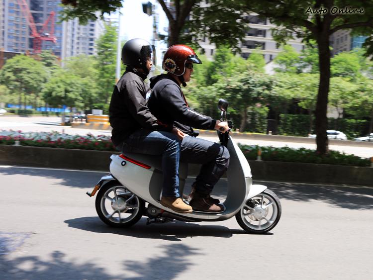 SmartScooter基礎為單人座設定,但是勉強可以雙載。